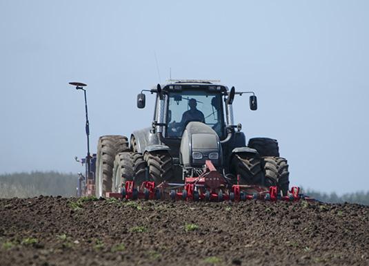 Enkel jordarbeiding. Med eit trommelsett og pakkar framme på traktoren, og eit såsett bak, kan bonden så rett i pløgsla utan at det går ut over kvaliteten av såbedet.