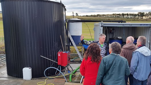 Olav Røysland viser fram sitt biogassanlegg. (Foto: Nono Dimby)