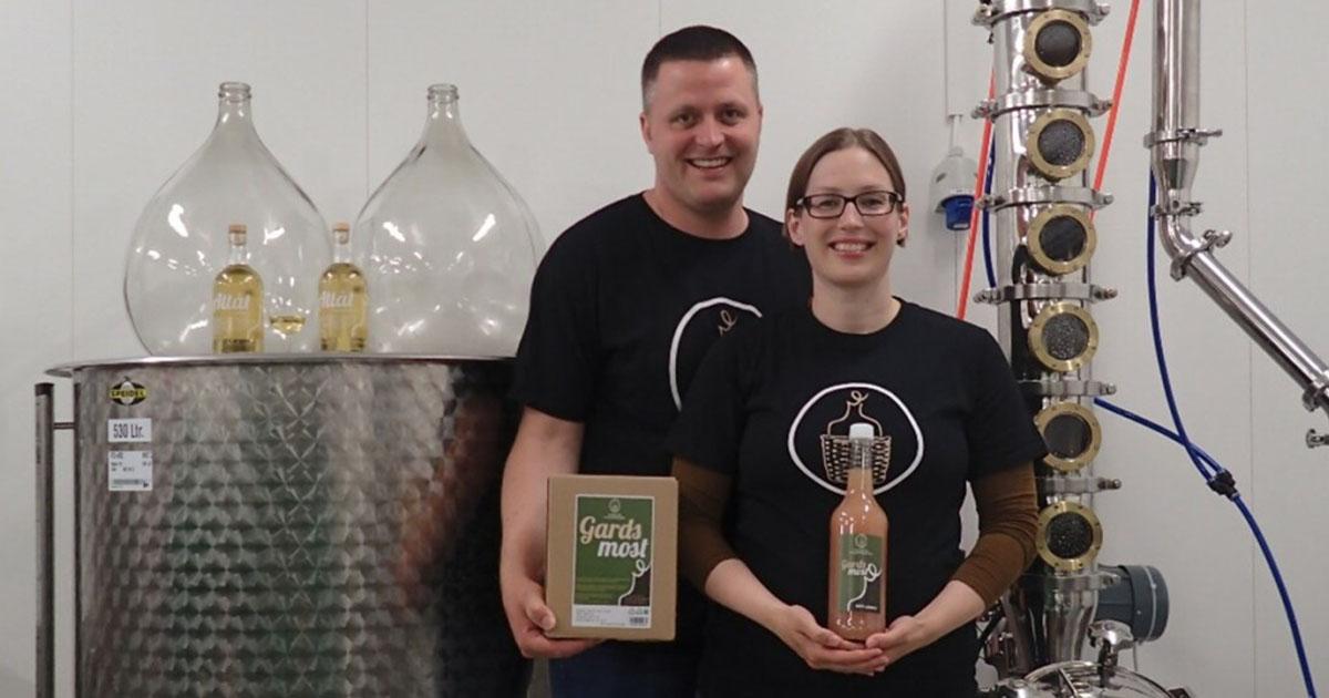 Bilde av Jann Vestby og Synnøve Vik Bergstad inne i bryggeriet